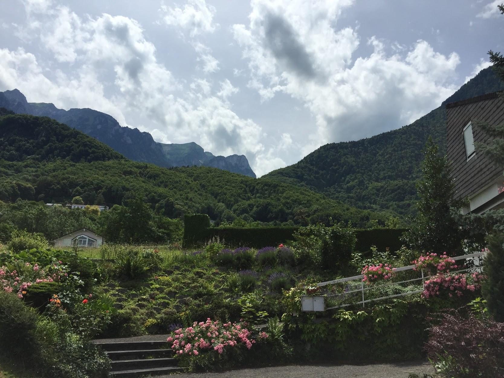 En af de små hyggelige byer jeg passerer på vej op mod campsite, i baggrunden ses toppen jeg skal over.