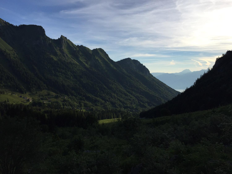 Halvvejs oppe og kigger ned i dalen jeg er kommet op igennem, kan lige se Geneve søen i det fjerne.